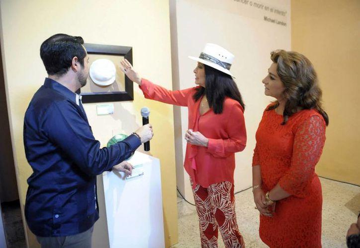 La cantante recorrió la muestra acompañada de la presidenta del Patronato del DIF Estatal, Sara Blancarte. La cantante afirmó que la prevención hace la diferencia. (Milenio Novedades)