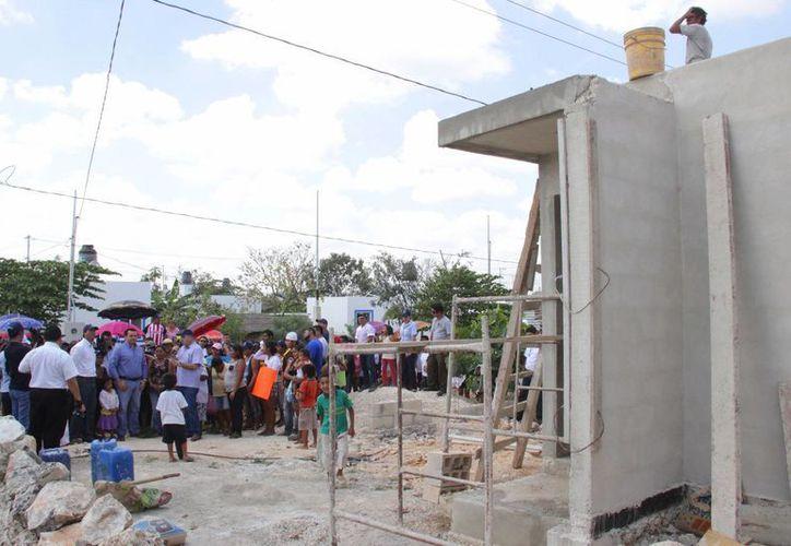 Las obras en la colonia La Mielera incluyen la construcción de casas. (SIPSE)