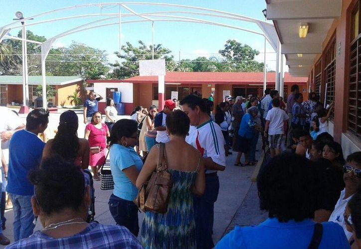 Revisan a los votantes que estén en la lista nominal antes de pasar a votar. (Pedro Olive/SIPSE)