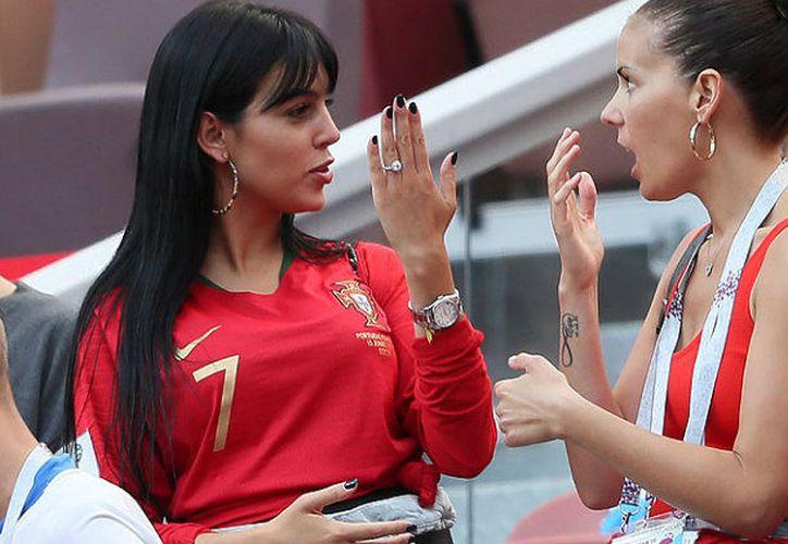 La modelo Georgina Rodríguez muestra a una amiga el anillo compromiso de Cristiano Ronaldo (Foto: revistaHola)