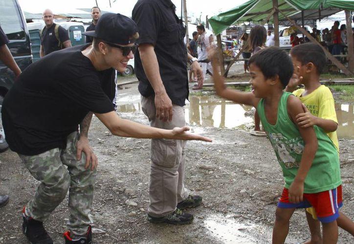 Bieber realizó un rápido recorrido por la escuela y visitó un espacio temporal para estudiar que albergaba a unos 300 niños. (Agencias)