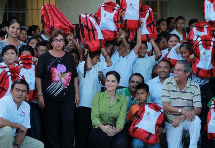 Los niños manifestaron su alegría al recibir las mochilas. (Cortesía/SIPSE)