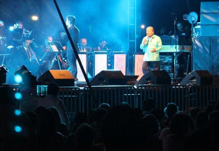 Armando Manzanero durante su intervención en el concierto Jazz en el mar, en Progreso. (SIPSE)