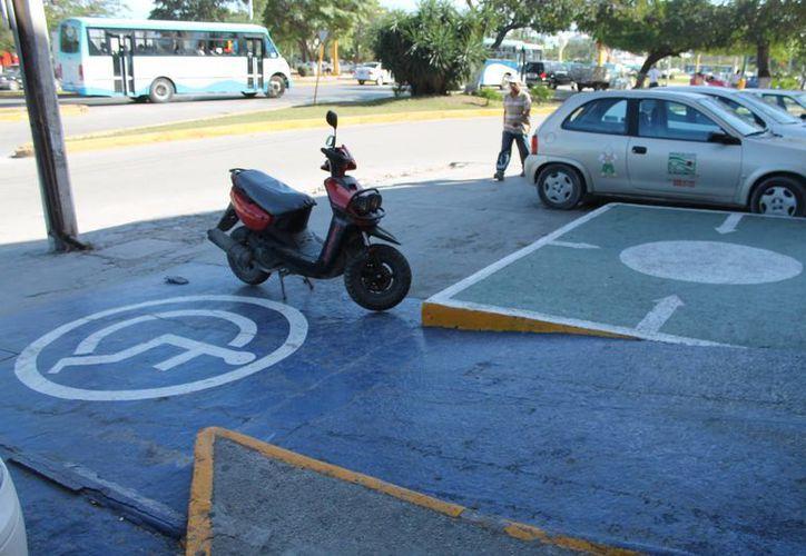 La Dirección de Tránsito aplica infracciones a quienes no respeten los espacios destinados para personas con discapacidad. (Francisco Gálvez/SIPSE)