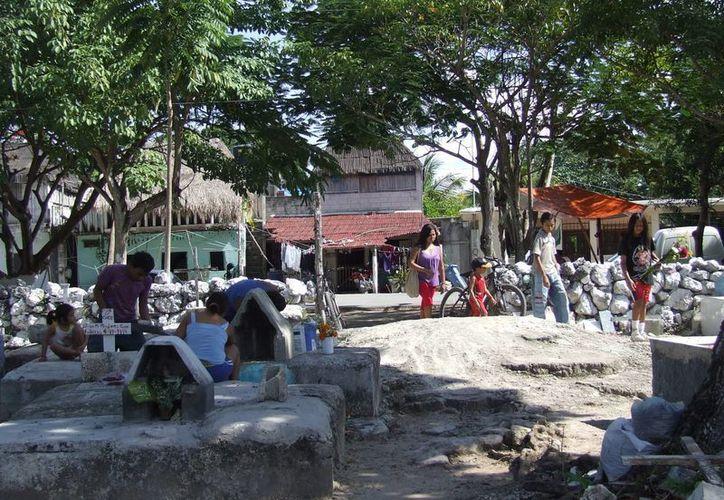 Se realizan trabajos de limpieza en el cementerio de Tulum con motivo de los festejos del Día de Muertos.  (Rossy López/SIPSE)