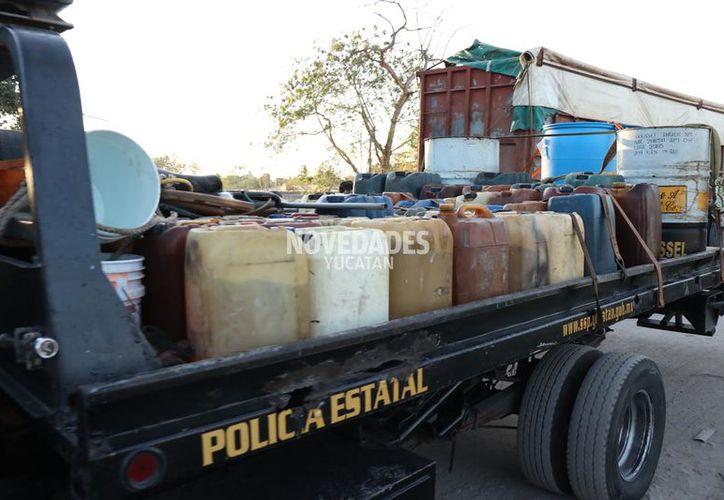 Se requirieron varias grúas para poder asegurar todo el material.