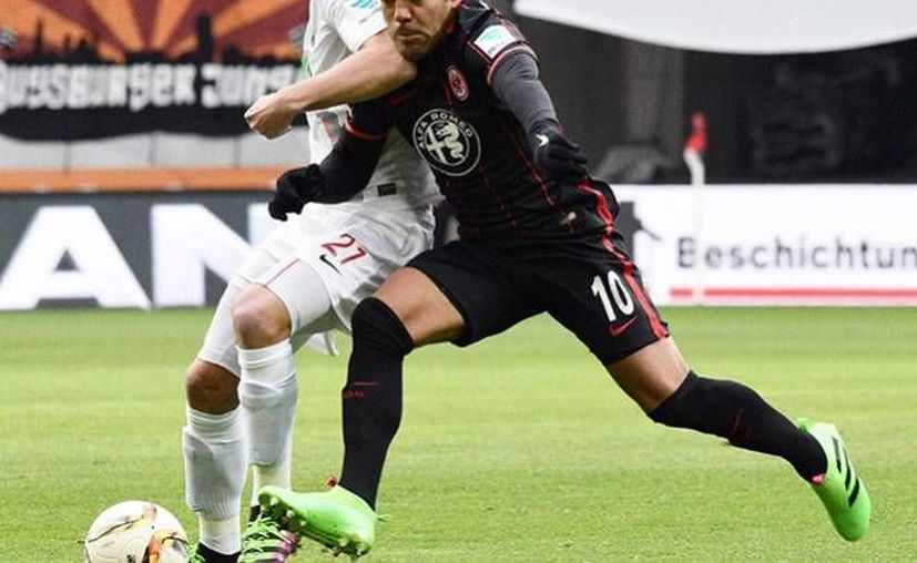 Marco Fabián, tuvo una actuación muy participativa contra el Augsburgo. El mediocampista tuvo su primer partido como titular en la Bundesliga. (EFE)