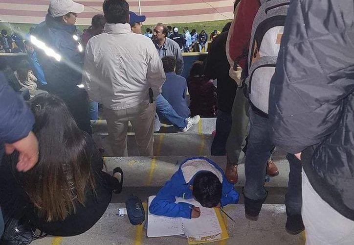 El menor fue fotografiado mientras cumplía con sus deberes escolares. (Foto: @maobayas/SIPSE)