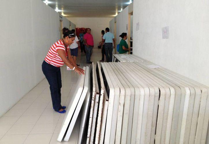Desde la tarde noche del viernes, los trabajadores del Ieqroo y presidentes de las meses directivas, realizaron el traslado de los paquetes electorales a sus respectivos puntos de instalación. (Adrián Barreto/SIPSE)