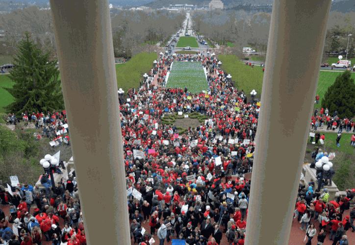 Miles de maestros protestan en Oklahoma. (AP)