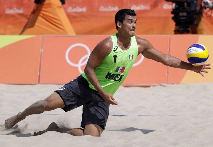 Los mexicanos se jugarán la calificación, el próximo jueves, ante la dupla representativa de Túnez. En la foto, Lombardo Ontiveros demuestra sus reflejos en vistosa jugada.(Marcio Jose Sanchez/AP)