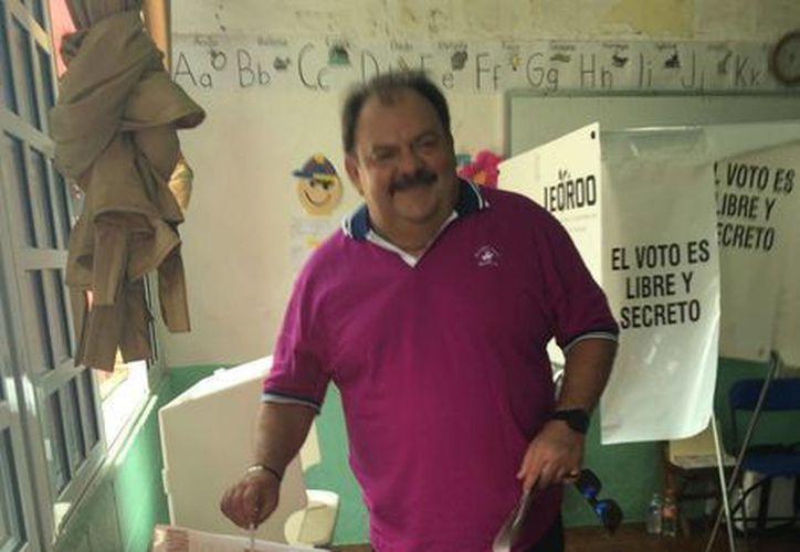 El presidente municipal depositando su voto en las urnas. (Claudia Martin/SIPSE)