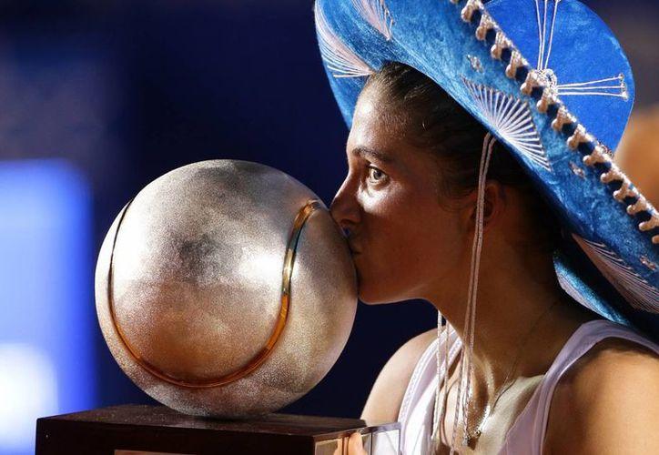 La italiana Sara Errani besa el trofeo que gano con relativa facilidad este fin de semana en el abierto mexicano de Acapulco. (EFE)