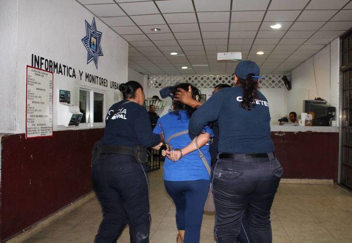 Un hombre y una mujer fueron detenidos dentro de su vivienda después de ser perseguidos por elementos policíacos en Cozumel. (Redacción/SIPSE)