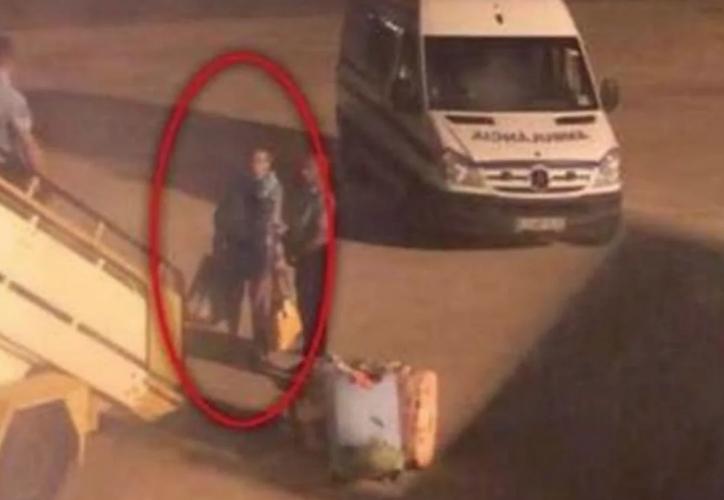 Algunos pasajeros vomitaban y otros corrían dentro de la aeronave a causa del mal olor de uno de los tripulantes. (Foto: Twitter)