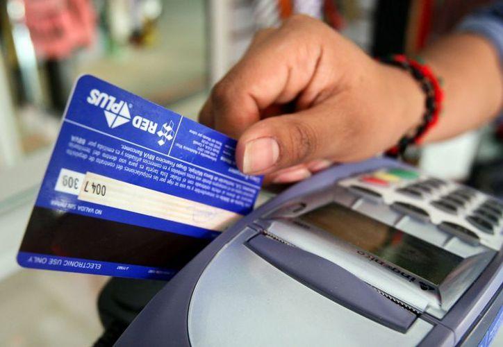 Exhortan a los tarjetahabientes a usar moderadamente sus plásticos. (Internet)