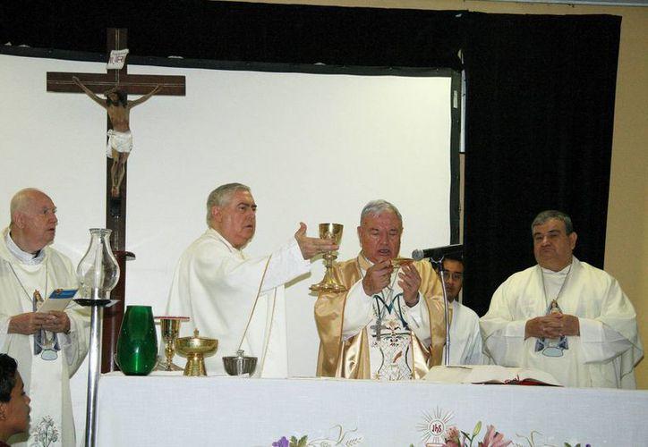 El cardenal Sandoval Iñiguez concelebró misa con los arzobispos de Yucatán y de Acapulco, Emilio Carlos Berlie Belaunzarán y Carlos Garfias Merlos, respectivamente. (Wilberth Argüelles/SIPSE)
