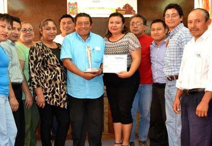 Funcionarios aprovecharon la oportunidad para tomarse la foto del recuerdo con el alcalde galardonado. (Redacción/SIPSE)