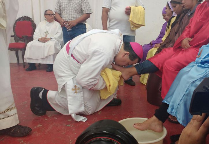 El Arzobispo de Yucatán Gustavo Rodríguez Vega recreó el Lavatorio de Pies, con 12 reos del penal de Mérida, entre los que estaban seis mujeres. (Patricia Itzá/SIPSE)