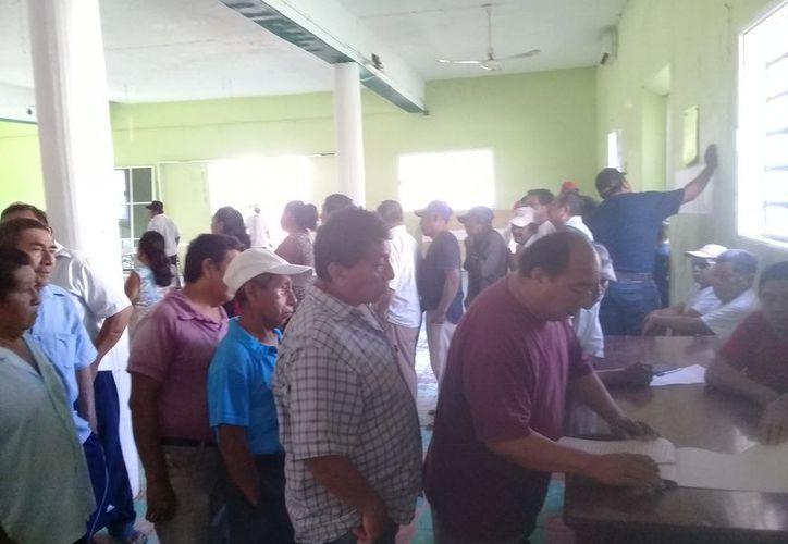 Los ejidatarios firmaron de conformidad el dinero que recibieron. (Raúl Balam/SIPSE)
