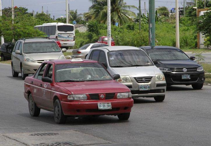 Los choferes de taxis rojos de Isla Mujeres acordaron con los de Cancún respetar sus respectivos territorios. (Tomas Álvarez/SIPSE)