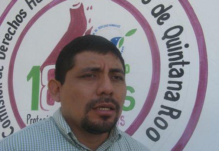 Francisco Javier Xiu Manzanero, visitador adjunto de la Cdheqroo en Tulum, brinda asesoría a las afectadas. (Rossy López/SIPSE)
