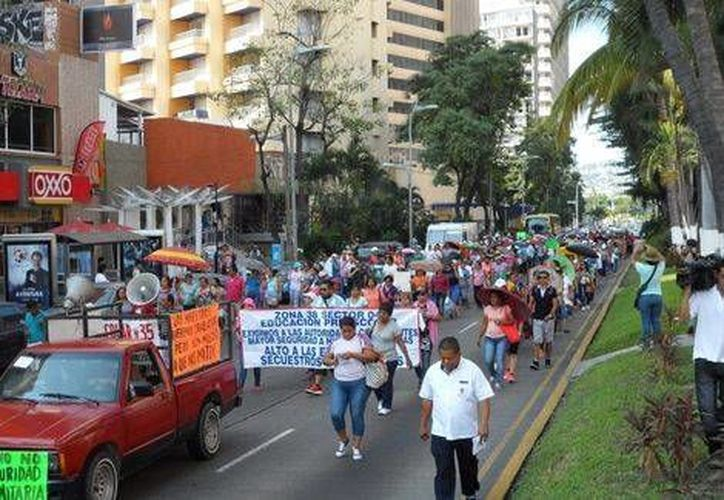 La crisis de seguridad en Acapulco mantiene cerradas 115 escuelas y a más de tres mil docentes sin trabajar. (Milenio)