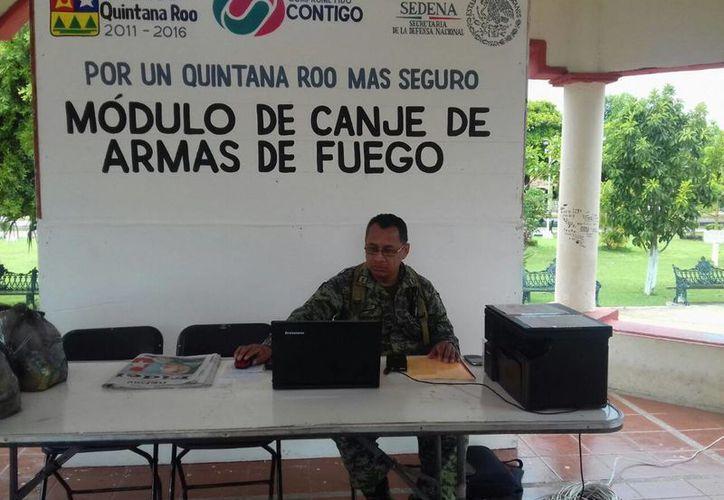 El módulo de canje de armas instalado en Bacalar lució desierto ayer. (Javier Ortiz/SIPSE)