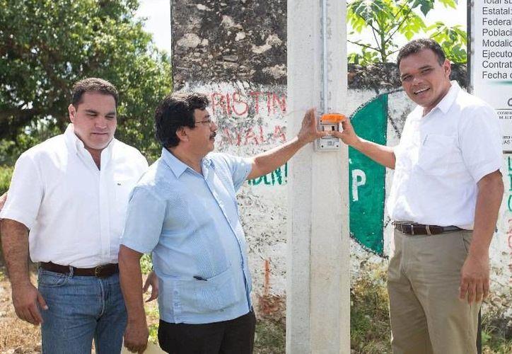En gira por Homún y Abalá, el Gobernador entregó ayer obras de agua potable y electricidad, mediante una inversión de 7.4 mdp, en beneficio de más de 11 mil habitantes. (Cortesía)