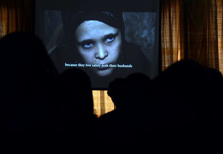 Imagen de una pantalla en la que se observa a una presunta víctima del matrimonio infantil, durante un seminario celebrado en Saná, Yemen. (Archivo/EFE)