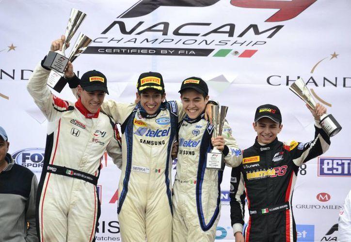 José Manuel Sierra (c) ganador del Gran Premio de Yucatán posa con los pilotos que ocuparon la segunda y tercera posición durante este domingo.(Daniel Sandoval/Milenio Novedades)