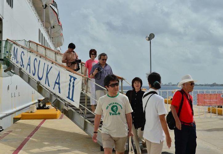 """El navío Asuka II atracó en la termina """"Punta Langosta. (Gustavo Villegas/SIPSE)"""