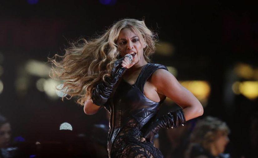 Después de recorrer América y Europa, Beyoncé se presentará en Rock in Rio. La imagen es de su actuación ayer en el Super Bowl. (AP)