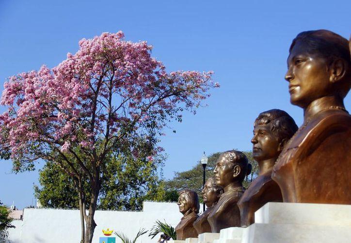 """Reemplazan las estatuas de las mujeres ilustres del parque """"Margarita Maza"""" que fueron robadas el año pasado.(Milenio Novedades)"""