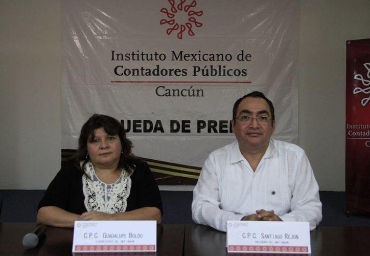 Guadalupe Boldo y Santiago Rejón Delgado durante una rueda de prensa. (Tomás Álvarez/SIPSE)