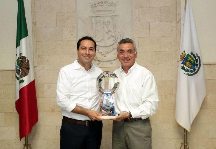 El alcalde Mauricio Vila Dosal y César Bojórquez Zapata, coordinador general de Funcionamiento Urbano. (Milenio Novedades)