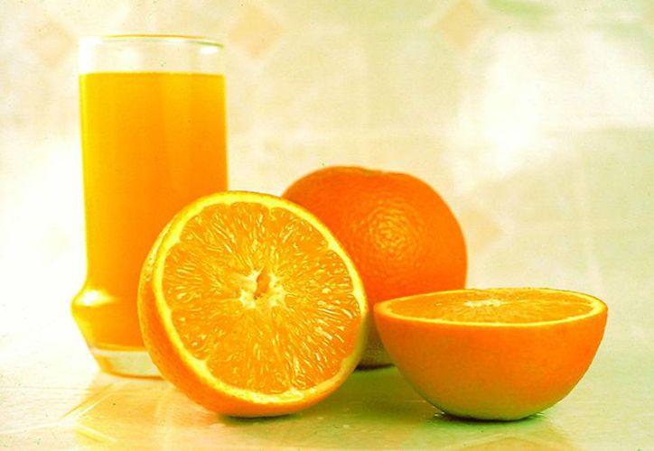La naranja es uno de los alimentos que contiene la vitamina C.(saludymedicinas.com.mx)