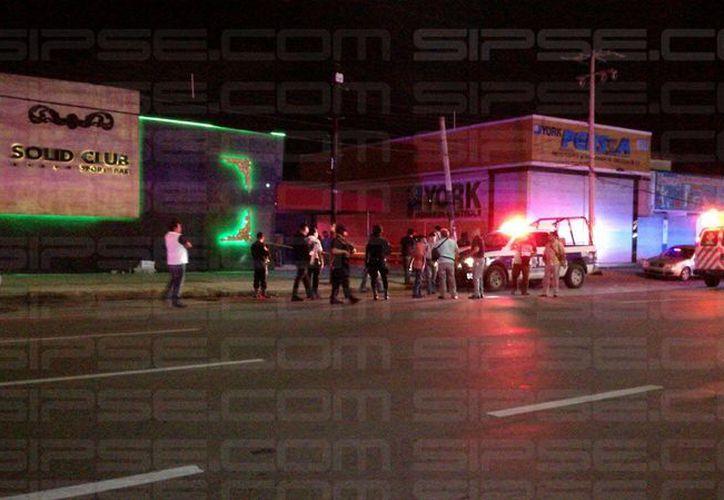 Llegaron las autoridades para acordonar la zona por el reporte de personas baleadas en un bar de Cancún. (Foto: Rubén Darío/SIPSE)