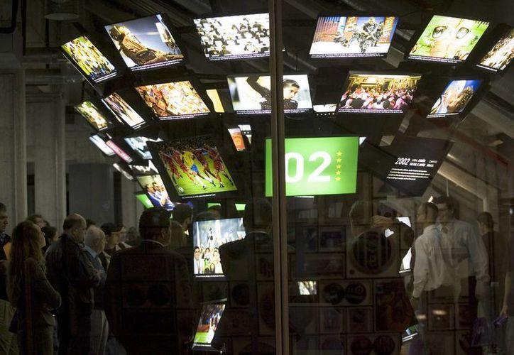 Imagen de invitados que recorren el Museo del Fútbol en Sao Paulo. (EFE/Archivo)