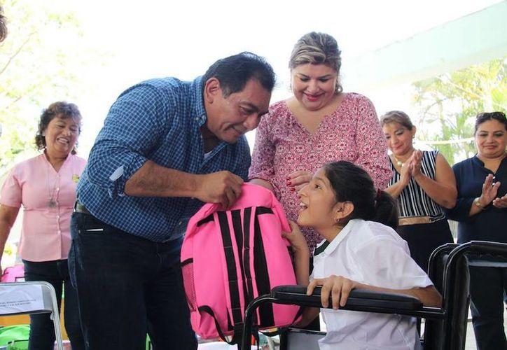 El secretario de Educación, Víctor Caballero Durán, durante el banderazo de salida de los productos del programa Bienestar Escolar, que esta vez llegará a Centros de Atención Múltiple. (Fotos: Gobierno estatal)