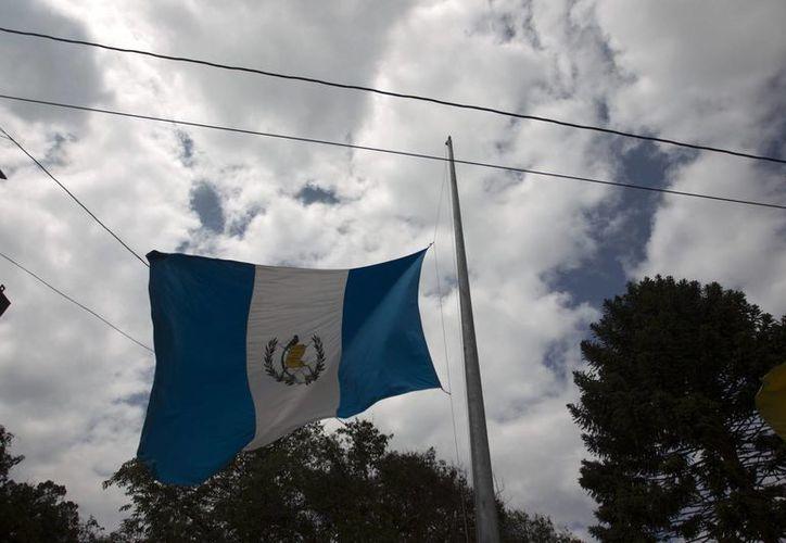 Una bandera de Guatemala a media asta por los tres días de luto nacional declarados por la Presidencia de Guatemala. (EFE)