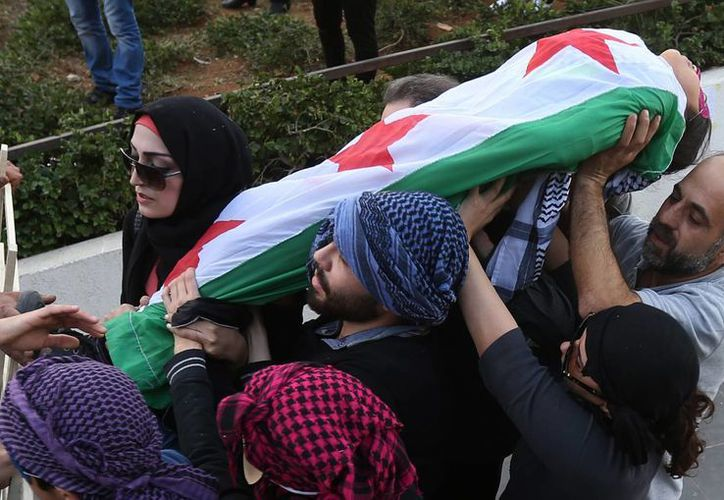 Manifestantes antigubernamentales protestan en Siria. En estos años de encarnizados combates, 46 mil 138 soldados perdieron la vida, junto a más de 30 mil milicianos a favor del régimen del presidente Bashar al-Assad. (Foto: AP)