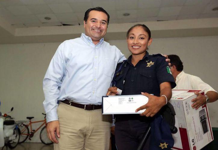 Renán Barrera entregó a los agentes de la Policía Municipal diversos regalos navideños. (Milenio Novedades)