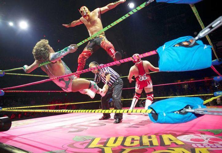 Nueva York tiene Broadway. Las Vegas el Cirque du Soleil y México la Lucha Libre. Solo Los Angeles combina todo eso en la Lucha Vavoom. (AP)
