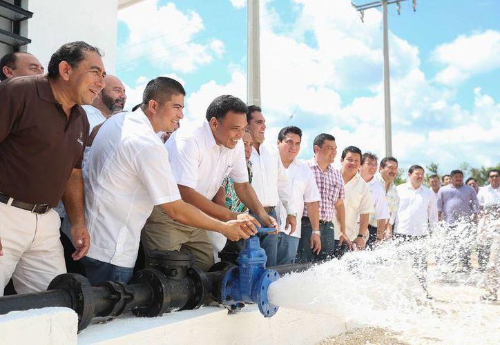 Ayer, el gobernador Rolando Zapata inauguró la ampliación del sistema de agua potable y red de electrificación, en Texán Palomeque, en beneficio de tres mil 300 personas del poniente de Yucatán. (Cortesía)