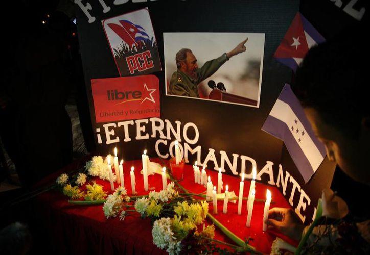 Las muestras de dolor y respeto hacia Fidel Castro no se hicieron esperar tras el anunció de su muerte en los últimos minutos del viernes pasado.  (AP/ Notimex)
