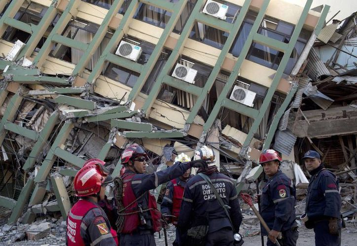 Rescatistas de Venezuela se organizan antes de buscar a sobrevivientes de un terremoto en Portoviejo, Ecuador. (Agencias)