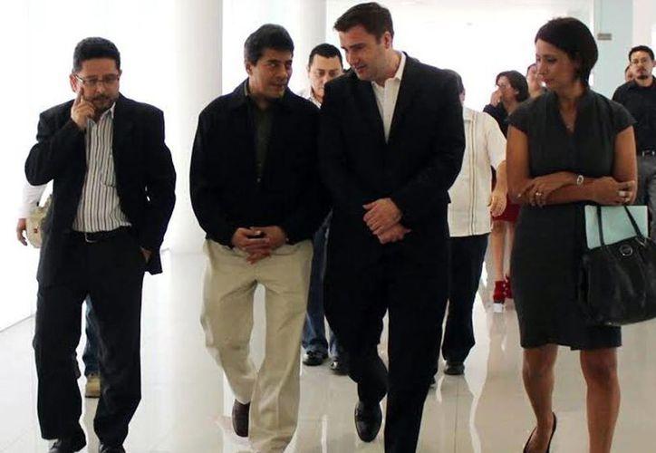 Al centro, El Fiscal General del Estado, Ariel Aldecua Kuk, y el encargado de la oficina de Asuntos Antinarcóticos y Aplicación de la Ley (INL) de la Embajada de Estados Unidos en México, Tobin Bradley, al momento de su recorrido por el Centro de Justicia Oral de Mérida (CJOM). (Milenio Novedades)