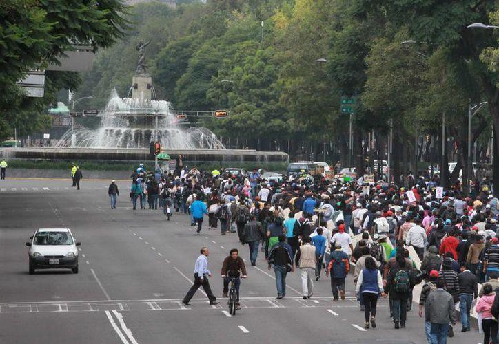 """La marcha denominada """"La Primera Movilización Nacional Magisterial Popular"""" integrado por maestros de la CNTE sobre Paseo de la Reforma. (Notimex)"""
