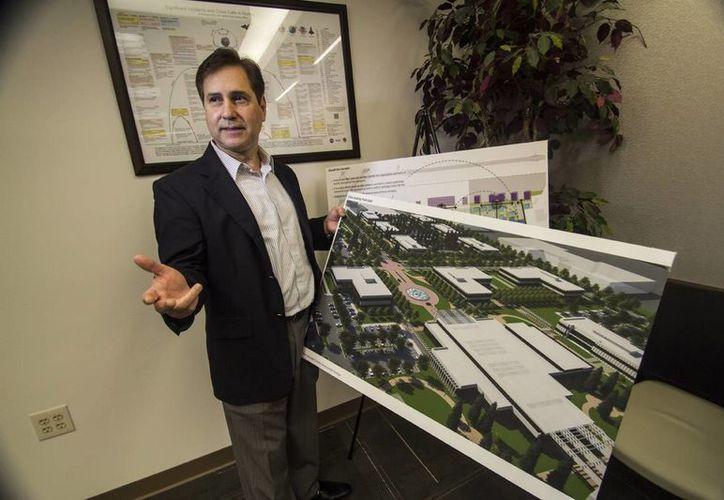 Arturo Machuca es gerente del Aeropuerto Ellington, en Houston, y director del Puerto Espacial de esta ciudad de EU. (EFE)